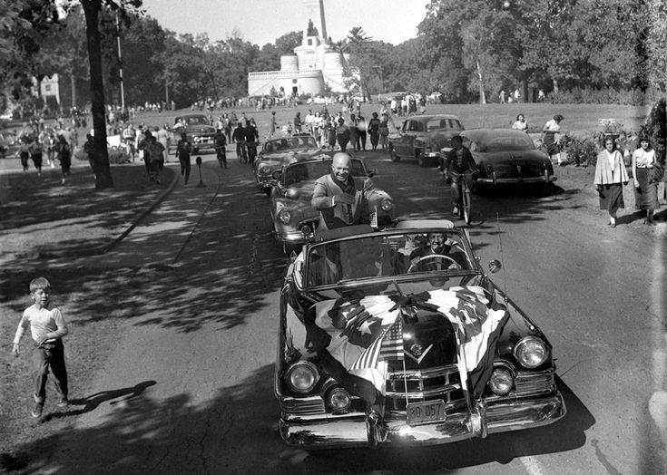 Dwight Eisenhower, the Republican nominee for president in 1952, campaigned  in Springfield October 2, making a stop at Lincoln's Tomb to pay respects.  If there was supposed to be a secure perimeter around the former World War  II general and leading candidate, it appeared to have a hole in it.