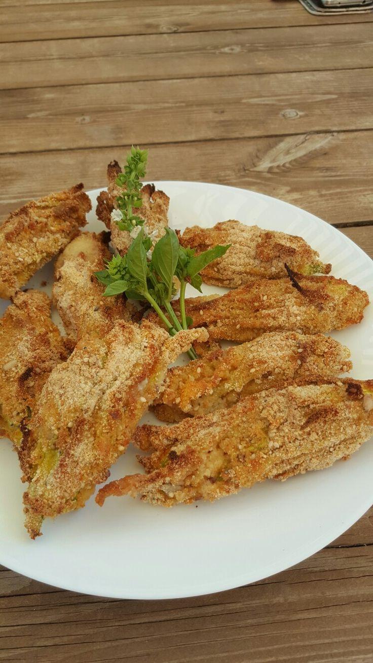 Fiori di zucca al forno Togliere delicatamente il pistilli ai fiori, lavarli ed asciugarli delicatamente.Riempire con cotto e mozzarella o altro formaggio, se piace si può  aggiungere un pezzettino di alici salate. Passare nell' uovo poi nel pangrattato...disporli su una placca da forno.mettere un filo d' olio e infornare a 180 per 10/ 15 minuti.. naturalmente in alternativa si possono friggere.....