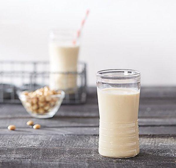 Sojamelk wordt gemaakt van gedroogde sojabonen en is gemakkelijk te maken.