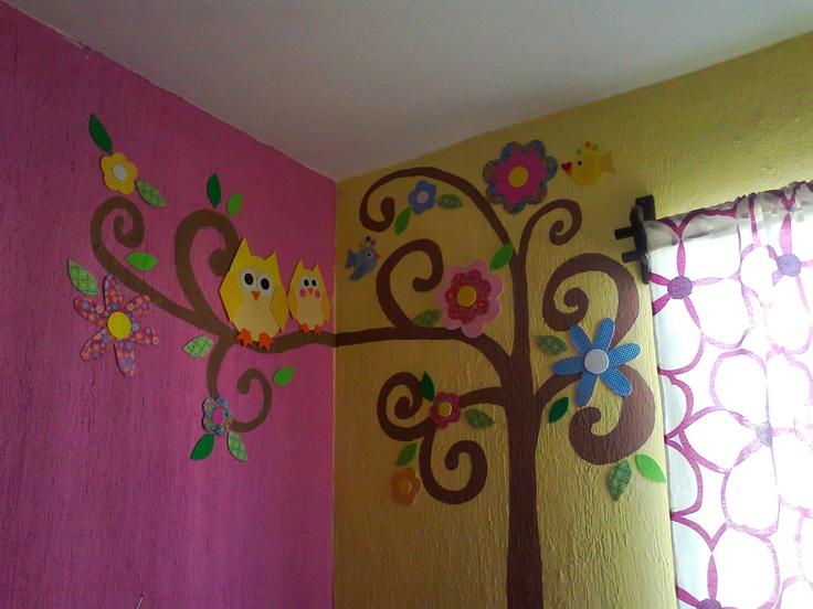 Árbol, pintura, foami y papel. Decoración para la recámara de Mimena.