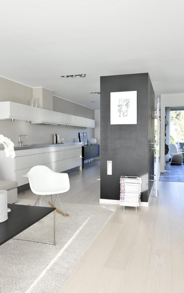 FIN DELING: En vegg av høyskap skjermer det hvite HTH-kjøkkenet fratrappe løpet på motstående vegg.