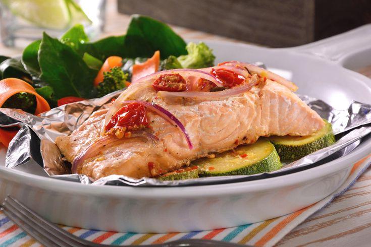 Disfruta de este salmón empapelado acompañado de vegetales como calabaza, jitomate cherry y cebolla morada, sazonados con finas hierbas. Es muy saludable y tiene un sabor delicioso. ¡No dejes de prepararlo!