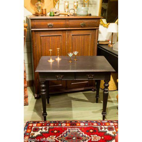 Musta pieni kirjoituspöytä 18/1900-luvun vaihteesta.