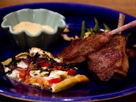 Lammracks med provencalsk paj och het aioli | Recept från Köket.se