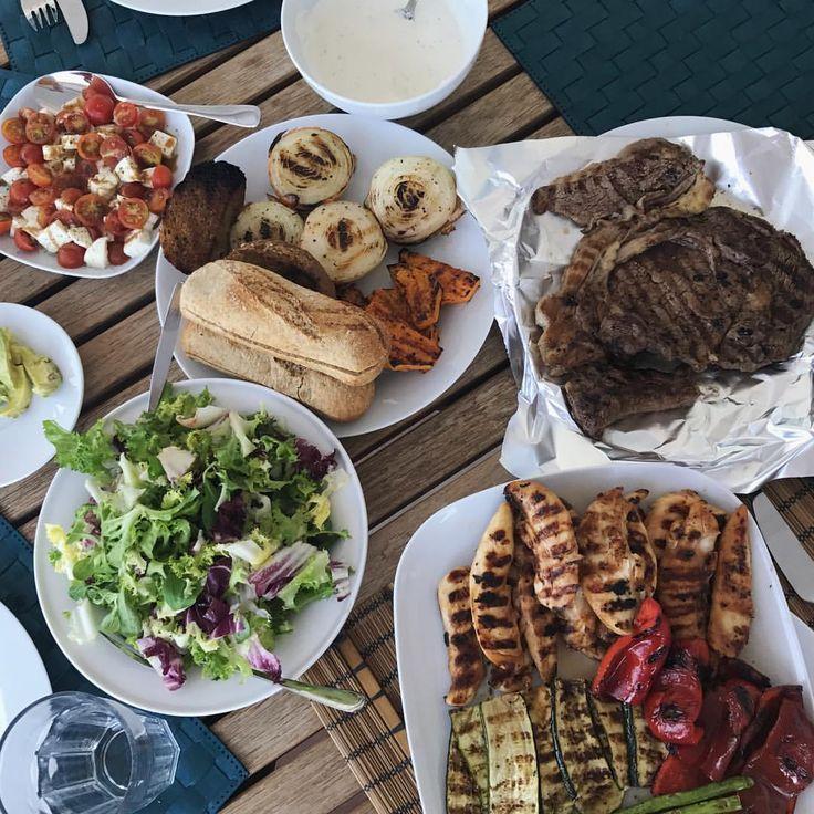 @ugenimadbilleder fortsætter familie grill succesen i malagas aftenvarme. En masse grille grøntsager (rødpeber, græskar, løg, asparges og squash), grillet kylling i soya marinade, en god bøf, tomat:mozzarella-salat, brød, hjemmelavet hvidløgs brød, avocado, salat, en masse forskellige nødder og hjemmerørt hvidløgsdressing. Der er lidt til enhver smag😍 MyDiet grillmat