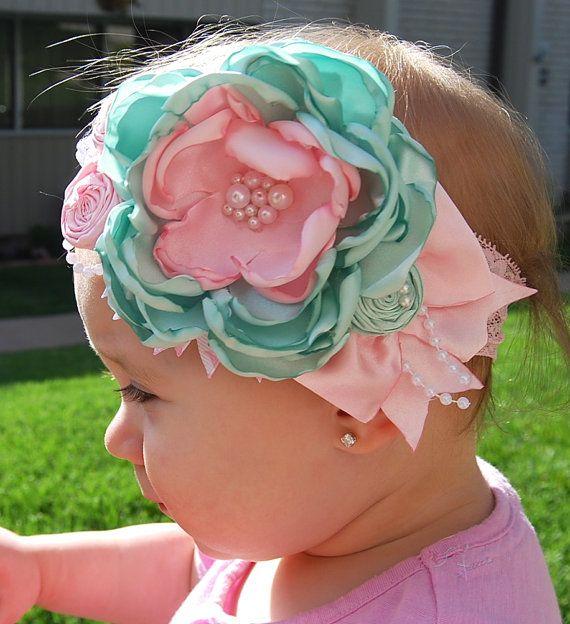 Diadema hecha de una menta artesanal flor rosa, encaje, perlas, rosetas y lazo de seda. Conectado a una diadema de encaje de color rosa luz de 2 pulgadas.