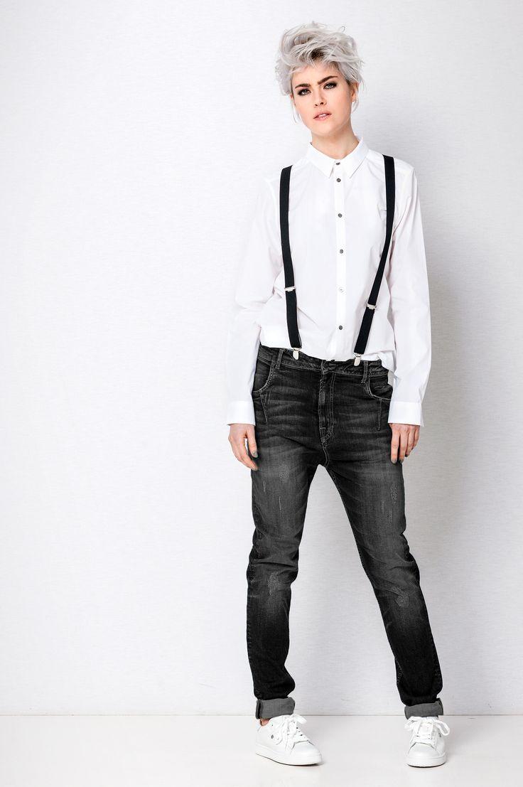 Deze jeans genaamd Girlfriend is net als de Boyfriend baggy en heeft een laaghangend kruis, maar loopt slanker toe naar de enkel. Nu zit er in de DYANNE Girlfriend een touwtje, ergens bij het bilgedeelte. Dit zorgt ervoor dat zij er baggy uitziet, maar ook een mooi kontje toont. Deze Girlfriend heeft een donker grijze wassing.