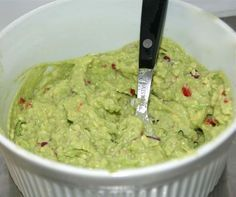 GUACAMOLE - Voor 1 schaaltje guacamole: 2 rijpe avocado's; een kwart rode ui, fijngesneden; sap van 1 1/2 limoen; snuf zeezout; halve rode peper zonder zaadjes, fijngesneden Schil de avocado's en verwijder de pit. Doe de avocado's in een kom en voeg de ui en de rode peper toe. Prak het geheel met een vork goed door elkaar. Voeg dan de limoensap toe en roer nog eens goed door elkaar. Maak de guacamole af met de snuf zeezout. Lekker met tortillachips of als topping op gevulde wraps.