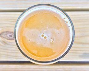 Wer sich Glühbier selber machen will, für den haben wir ein leckeres und vor allem leichtes Rezept parat. Dabei ist ein Glühbier nicht nur für kalte Wintertage ein geschmacklicher Vollgenuss, sondern kann auch an verregneten Sommertagen die Stimmung auffrischen. Für unser Glühbier Rezept benötigt ihr folgende Zutaten (reicht für ca. 6 Portionen): 3 Liter dunkles Bier 500 ml Orangen- oder Kirschsaft 3 EL Honig 6-8 Nelken 100 g brauner Zucker 3 Zimtstangen 2 Sternanis Glühbier...