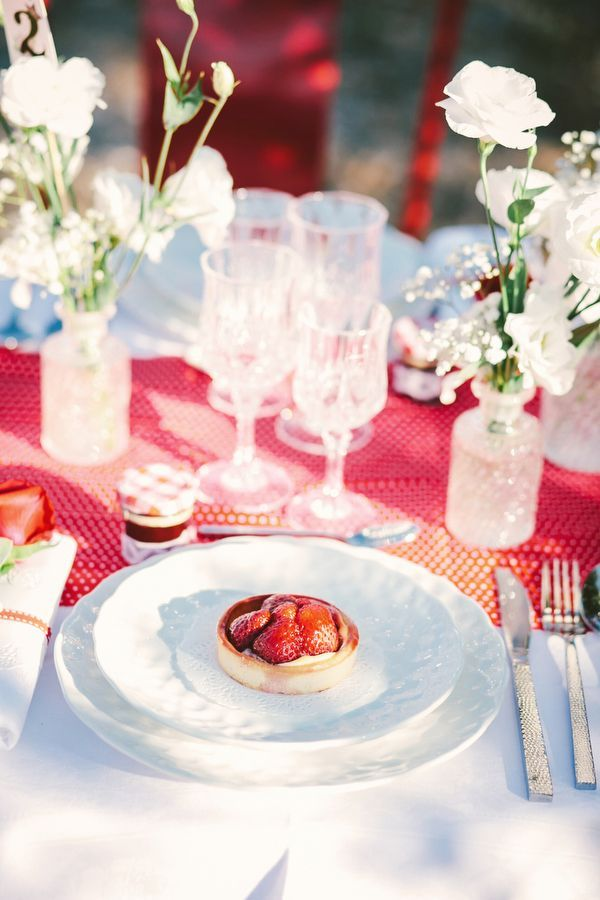strawberry tablescape | Berry and Cherry Wedding |  Matrimonio primaverile rosso e verde http://theproposalwedding.blogspot.it/ #spring #wedding #cherry #berry #strawberry #matrimonio #primavera #fragole #ciliegie
