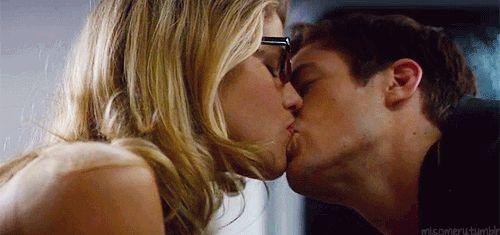 -barry-felicity kiss..... I ship it so hard ultimate otp! Barry Allen (Aka flash) and Felicity Smoke