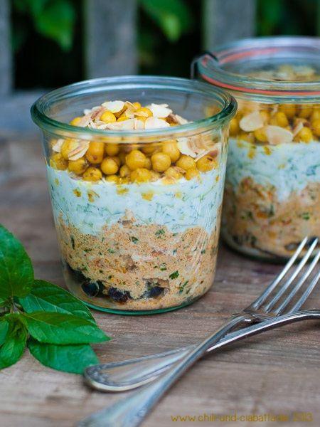 Poulet-Salat mit Kichererbsen, Trauen und Raita.. auch ideal zum Picknick, kann gut 6 Stunden vorher geschichtet werden...
