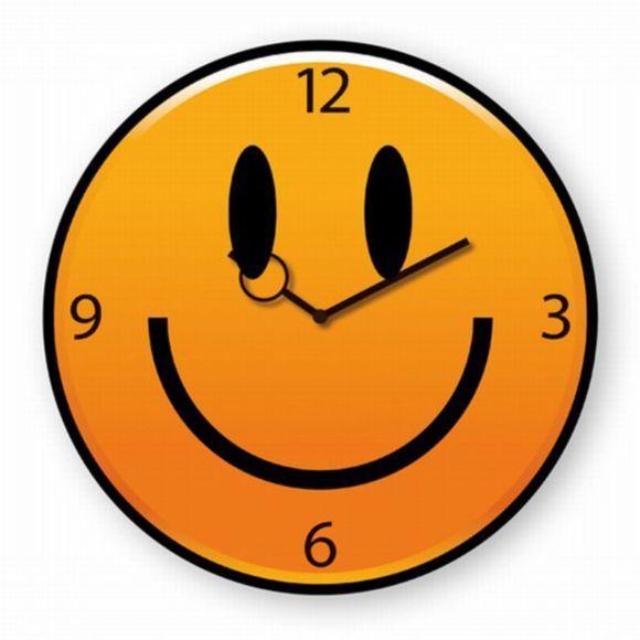 Mit dieser humorvollen Wanduhr beginnt der Tag mit einem Lächeln. Die knallige Farbe in Gelb-Orange komplementiert das grinsende Smilie-Gesicht und versprüht gute Laune. Die Wanduhr besteht aus hochwertigem Flachglas und Aluminium. Diese Uhr ist für Groß und Klein und passt ideal in Ihr Kinder- oder Wohnzimmer! Erfreuen Sie sich an Ihrer Smilie-Wanduhr!