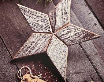 Dit charmante houten engel kerstboom topper is gemaakt van reclaimed hout. De rustieke look van engel heeft zoveel karakter en brengt zo veel leven naar uw kerstboom!  Elk stuk hout is hand gesneden en genageld vastklikt maken deze zeer unieke decoraties. De achterkant heeft een lederen cirkel aangesloten om bovenop uw kerstboom. Het leer is ontleend aan een lokale Amish werknemer schroot stapel. Elke engel heeft bail bindgaren gebruikt voor het decoreren van de angels nek met een strik…