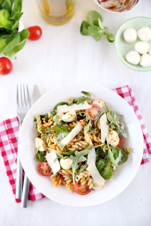 Un véritable régal que cette salade composée. Elle regroupe tout ce que j'aime : des pâtes, de la mozzarella, du parmesan, de la roquette, des tomates ceri