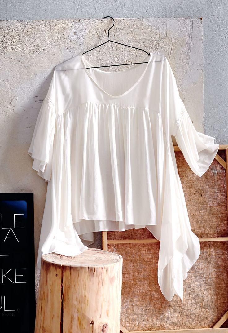 Voluminös geschnittene Bluse mit weiterem Ausschnitt, überschnittener Schulter, ganz pur in weiß!