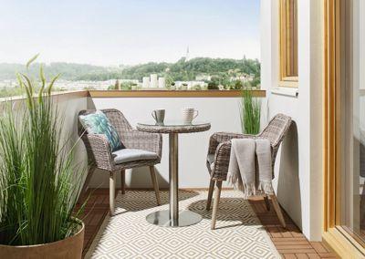 <p>Verwandeln Sie Ihren Balkon mit diesem <b>Balkonset aus Holz und Metall </b>in eine gemütliche Erholungsoase. <b>2 Stühle und ein Tisch</b> aus einem <b>Metallgestell mit Kunststoff- und Holzgeflecht überzogen</b>, sorgen für besonders angenehmen Sitzkomfort. An dem<b> runden Tisch </b>können Sie jeden Morgen in Zukunft Ihren Kaffee mit Ihrer liebsten Zeitung genießen und so entspannt in den Tag starten. </p>
