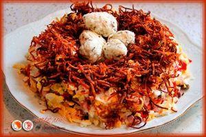 """Салат """"Перепелиное гнездо"""":  Ингредиенты:  грудка куриная копченная 1 шт. или ветчина 300 г  картофель небольшой варенный в мундирах 4 шт  картофель сырой 1 шт.  яйцо вареное 4 шт.  сыр твердый 150-200 г  грибы любые 150 г для салата и 50г для """"яичек""""  лук репчатый 1 луковица  чернослив (по желанию) без косточки 50 г  майонез 300 г  сырок плавленый 2 шт.  чеснок 2 зубчика  масло для жарки  перец молотый  зелень по вкусу (петрушка, кинза)  перец красный сладкий 1 шт."""