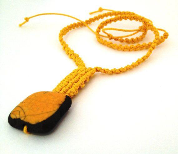 Geometrica #collana  #macrame e #raku #necklace #morenamacrame #madeinitaly #yellow #partyjewelry  Geometrica collana a macrame e raku, collana gialla, fatta a mano in Italia, collana estiva, regalo per lei.  Una giornata di sole in estate quando la luce illumina il cielo ed il mare con la collana a macrame e raku che ho annodato a mano, tu potrai raccogliere tutte le energie posivite.   Puoi indossare questo gioiello con un abbigliamento sportivo o casual.