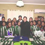 El intendente Avila entregó camisetas al equipo de futbol femenino de Bº 200 viviendas