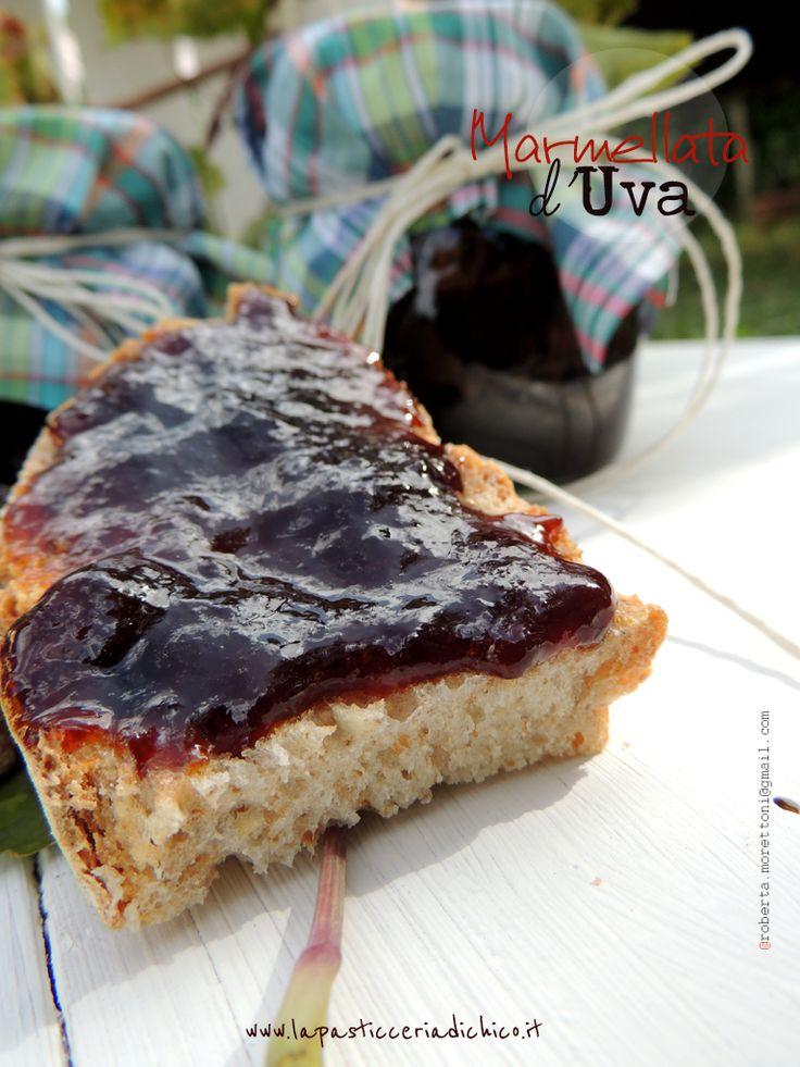 Marmellata d'Uva2 lt di succo d' uva nera o bianca 350 gr di zucchero grezzo di canna la polpa di 2 mele Con queste dosi  si ottengono circa 3 vasi da 500g , si possono conservare per circa 1 anno!
