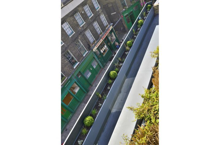 The planters create a continuous planting of L 11,820mm