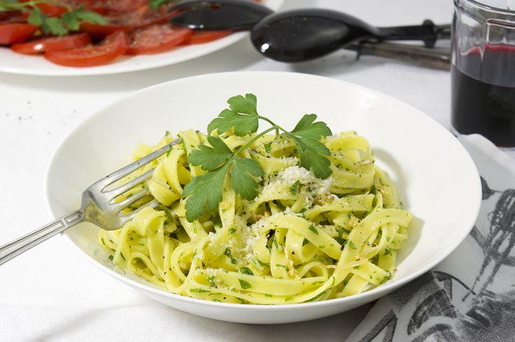 Hoe een eenvoudig gerecht ook heel lekker kan zijn bewijst deze pasta met olie en knoflook! Van origine een pasta die gemaakt wordt met een mooie olijfolie, geurige verse knoflook en fijngesneden peterselie. Zo maak je in een handomdraai een verrukkelijk pastagerecht. Ik maak deze pasta vaak als voor- of tussengerecht. Met een lekkere salade