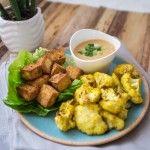 Gerösteter Curry Blumenkohl mit gebackenem Tofu und Erdnusssoße