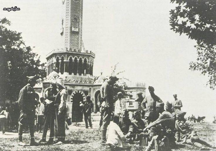 15 Mayıs 1919'da yunan askerleri, izmir saat kulesi önünde.