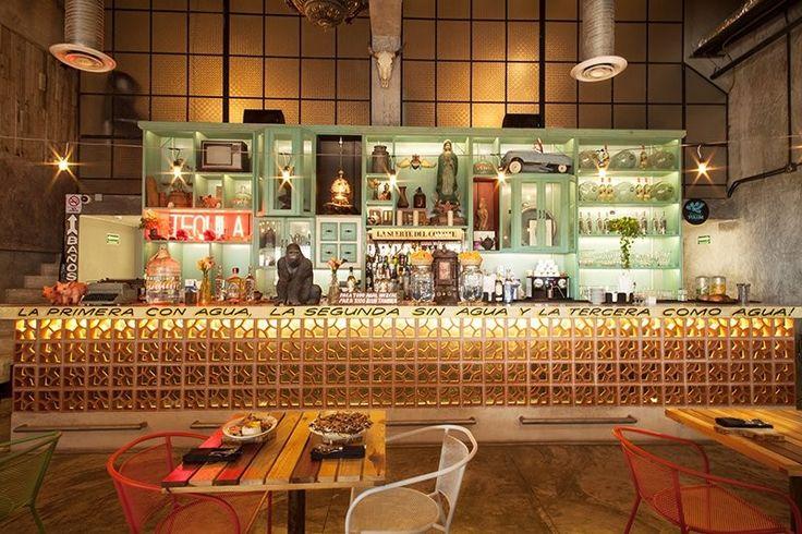 Barra y contrabarra en bar del restaurante CORAZON OAXAQUEÑO. Arquitectura de interiores.