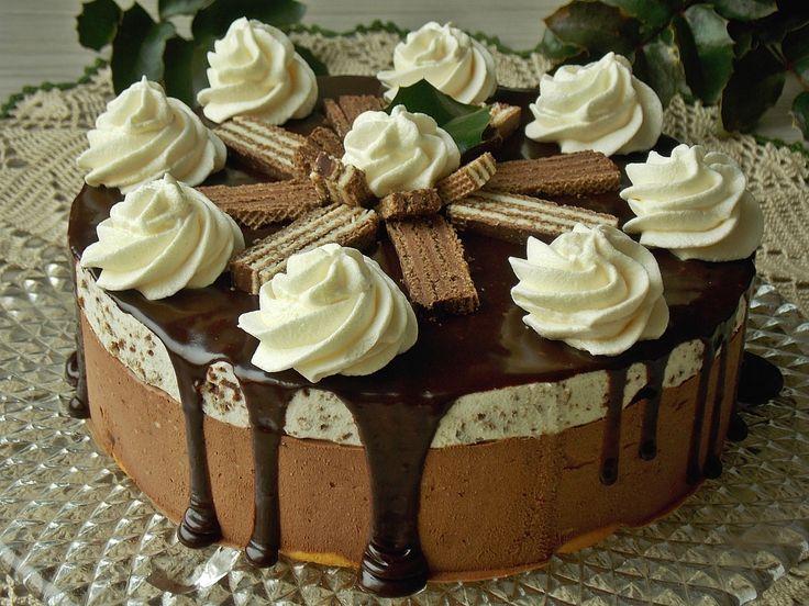 Mocno czekoladowy sernik, który jest lekki pomimo sporej ilości czekolady. Znaczącego smaku nadają mu wafelkiz mlecznym nadzieniem, które osładzają i jednocześnie ciekawie wyglądają. Wafelki są za…