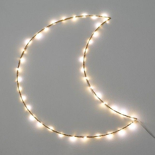 Luminaire lune LED Omara AM.PM : prix, avis & notation, livraison. Le luminaire Omara. Une guirlande lumineuse en forme de lune. Poétique et décorative cette jolie lumière d'ambiance ravira les petits.Caractéristiques :- 40 micro LEDs 3V sur un câble en métal- Ne chauffe pas- Lampes non remplaçables- Livrée avec adaptateur 220V, longueur du fil 3 m. - Sans interrupteur Dimensions :- L27 x H56 x P0,5 cm.