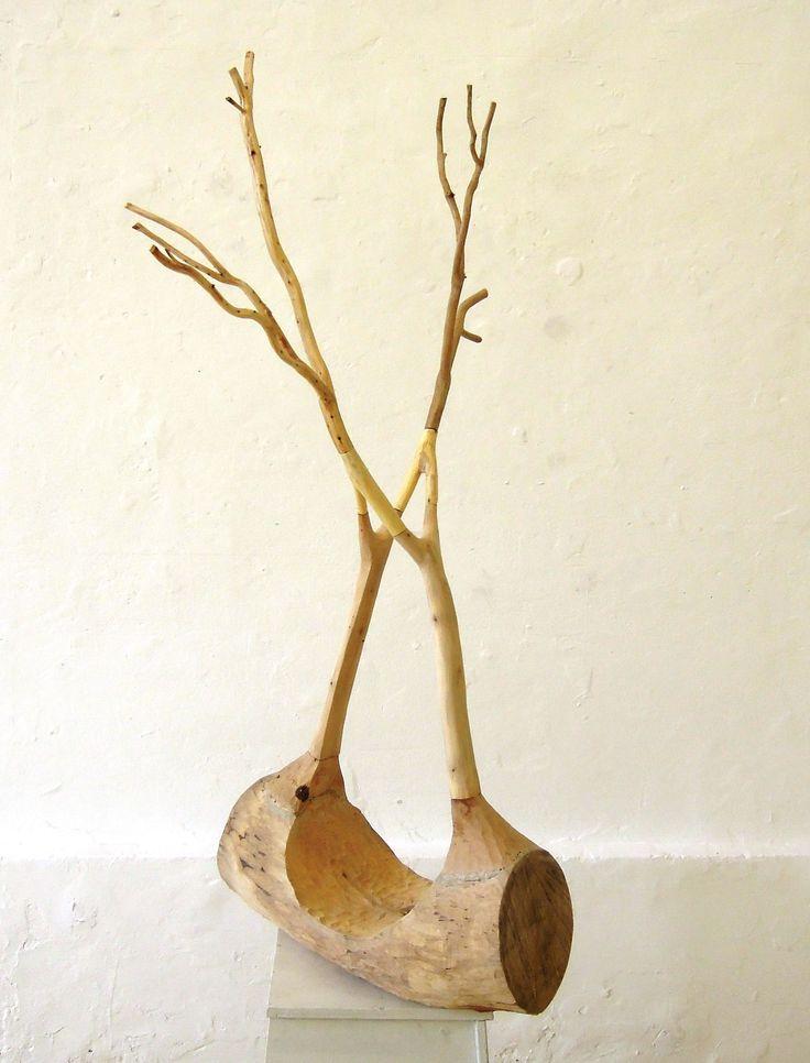 Carolien Broersen. Oevers Object gesneden uit diverse soorten hout. Gaat over uit elkaar drijven maar toch in contact blijven.