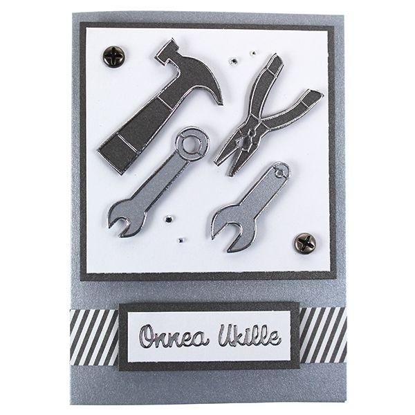 Työkaluaiheinen kortti on valmistettu ääriviivatarrojen avulla. Koristeena ruuvinnäköisiä koristeniittejä ja akryylitimantteja.