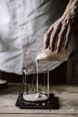 SPE BEGYNNELSE: Starteren er grunnstammen i surdeigsbrødet, den må behandles med tid og kjærlighet før den kan bli brød. Foto: Simen Grytøyr/Vigmostad Bjørke.