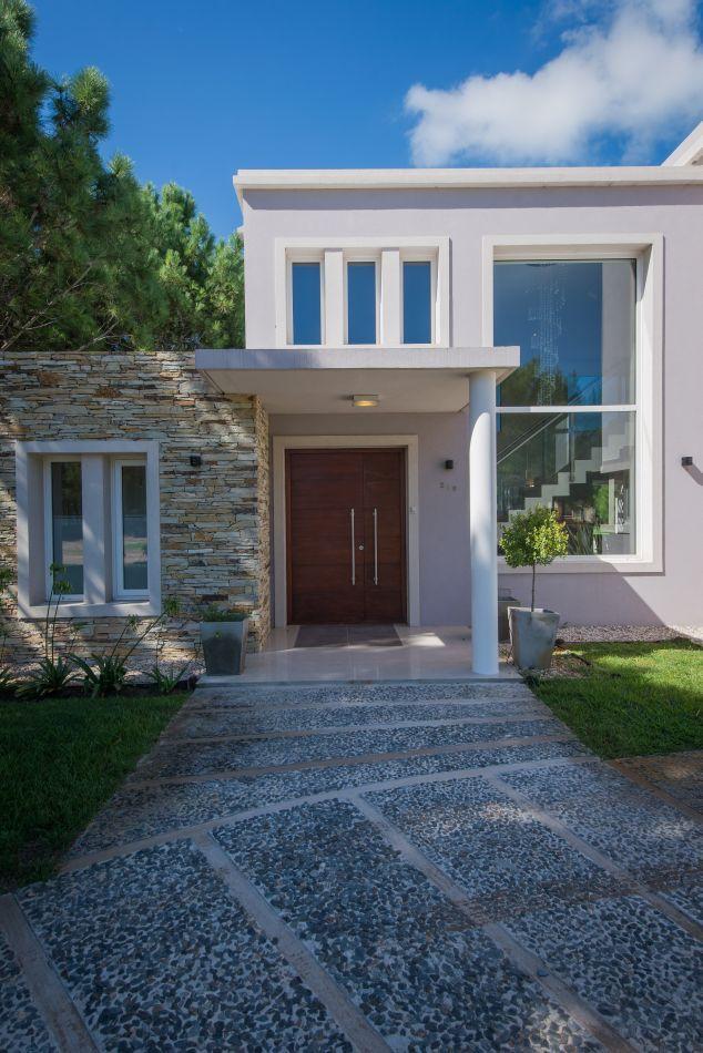 Pinamar. Una vivienda ubicada en el barrio cerrado La Herradura, obra del estudio de arquitectura Ozafrán Caballero, con visuales y aberturas hacia el bellísimo bosque con el que linda.