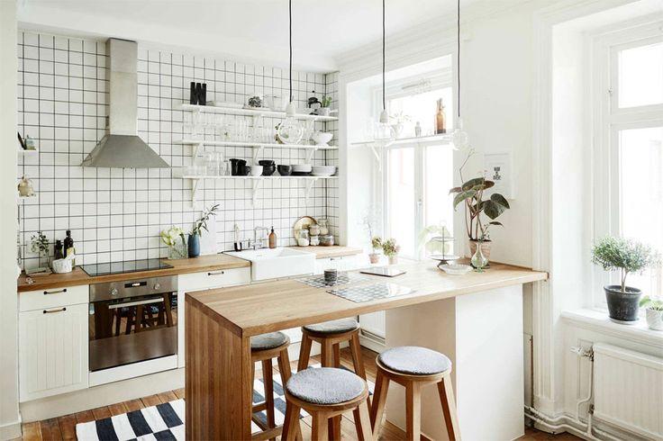 10 cocinas para morir de amor  Cuando hay luz hay que aprovecharla. Aquí, se utilizó un revestimiento blanco y muebles del mismo color para potenciar la frescura del ambiente. Foto:Tinyme.com