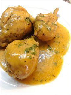 POLLO EN SALSA DE CERVEZA Y ROMERO Ingredientes: - Muslos de polglo - 1 cebolla grande - 3 ó 4 dientes de ajo - 3 cucharadas de tomate frito casero - Medio vasito de Manzanilla - 1 lata de cerveza - Caldo o media pastilla de caldo concentrado. - Romero fresco - 1 hoja de laurel - Pimienta negra en grano - Perejil - Sal - Aceite de oliva