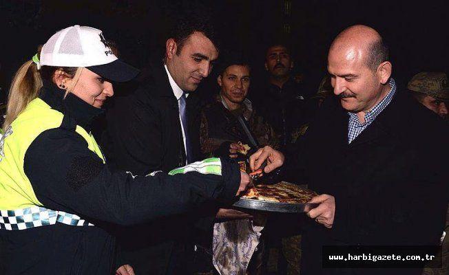 Bakan Soylu'dan nöbetteki polislere börek ikramı İçişleri Bakanı Soylu, Ağrı'da kontrol noktasındaki polislere börek dağıttı, çocuğu olan polislere de oyuncak verdi.