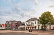 Hotel de Lindeboom Texel Den Burg  Description: Hotel De Lindeboom Texel is zeer centraal gelegen aan een plein midden in het centrum van Den Burg. Het hotel is omringd door winkelstraten en 's maandags is er een gezellige markt voor de deur. De afstand van het strand en bos is ca. 5 kilometer. In het hotel kunt u van lekker eten en drinken genieten in het restaurant en eetcafe Schoutenhuys. Het hotel is verder voorzien van een terras aan het plein een serre en eigen parkeerplaats. Gehele…