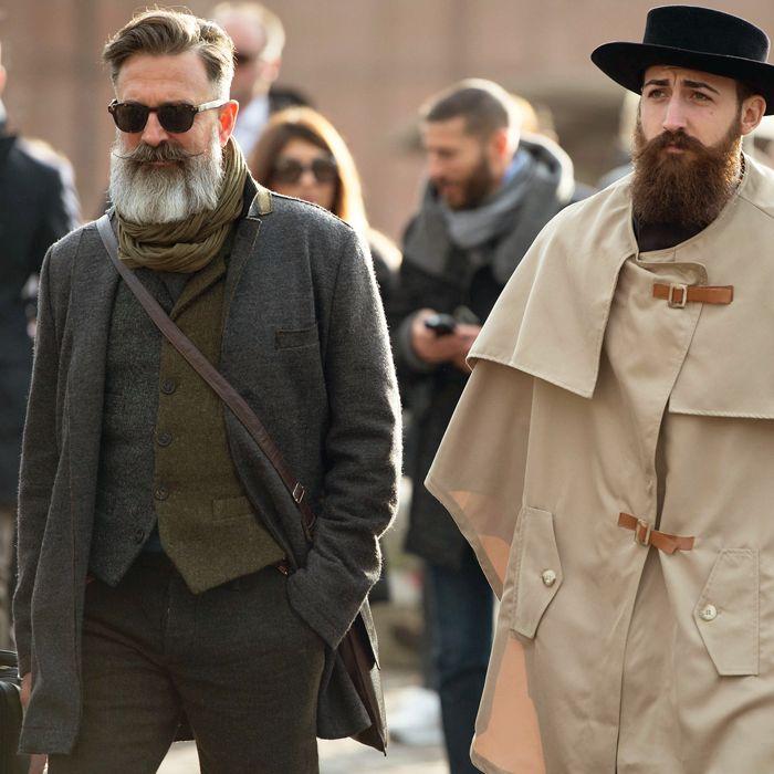 Nu știm ce e mai aparte - vesta în două culori a domnului din stânga sau capa și pălăria celui din dreapta.