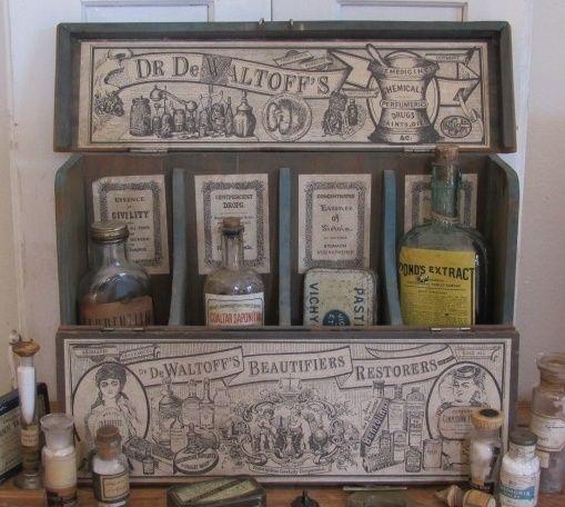 Antieke houten toonbank display 'Dr. de Waltoff's Beautifiers & Restorers'.