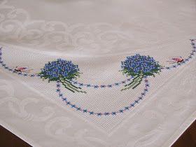 """""""Tovaglietta con fiocchi celesti e roselline""""           un piccolo pensiero per la mia amica Lory            Bouquet girasoli e rose da part..."""