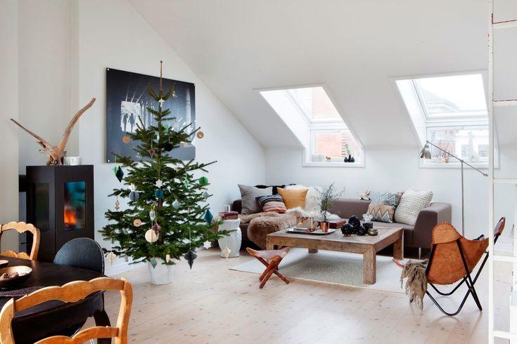5 consigli per dare, con un tocco unico e personale, uno spirito natalizio a una mansarda con un arredamento moderno e minimale.