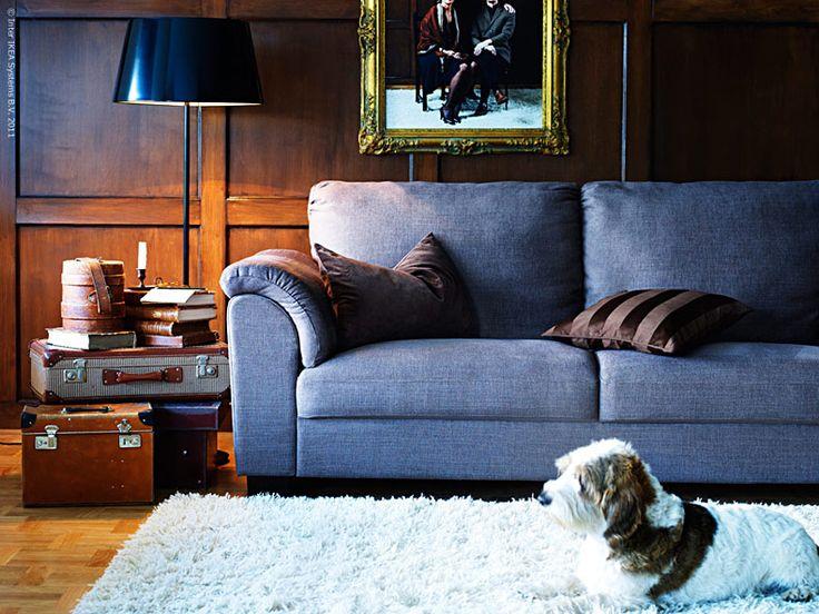 Sköna soffan TIDAFORS i design av Ola Wihlborg är en nyhet att älska. Med sitt speciella Memoryskum, generösa proportioner och härliga komfort är den något för alla kräsna soffliggare! Memoryskummet formar sig efter kroppen och går tillbaka till sin ursprungsform om du reser dig ur soffan. Om du nu gör det… Dessutom finesser som extra hög rygg för att vila nacken och bekväma armstöd med extra stoppning. TIDAFORS är en serie som finns i flera varianter. Just den här soffan för tre kostar 5…