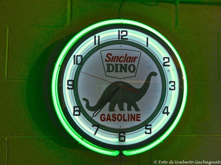 """...orologio elettrico pubblicitario con cornice luminosa al neon """"Sinclair DINO . GASOLINE""""...anni '50 (USA) - © Umberto Garbagnati -"""