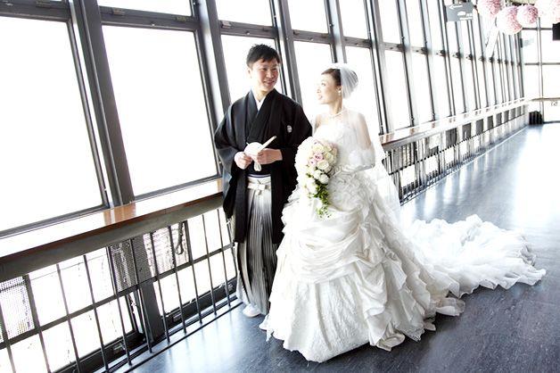 新郎の凛々しい袴姿に対し、新婦はトレーンが美しいドレス! #Brideal #wedding #original #ordermade #ideas #observatory #photo #ブライディール #ウェディング #オリジナル #オーダーメイド #結婚式 #東京タワー #展望台 #フォト