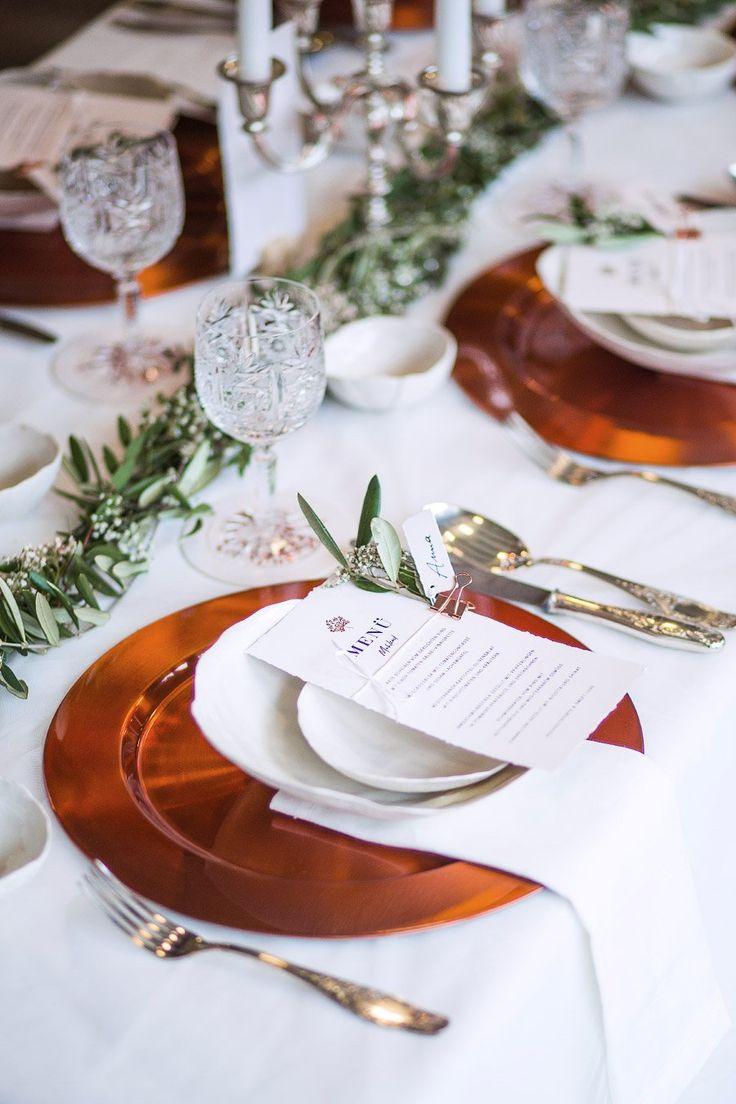 Eine wunderschöne Tischdeko zur Hochzeit mit Kupfer als Farbtupfer.  Foto: Doris Himmelbauer, Oh. What a Day – Wedding Photography
