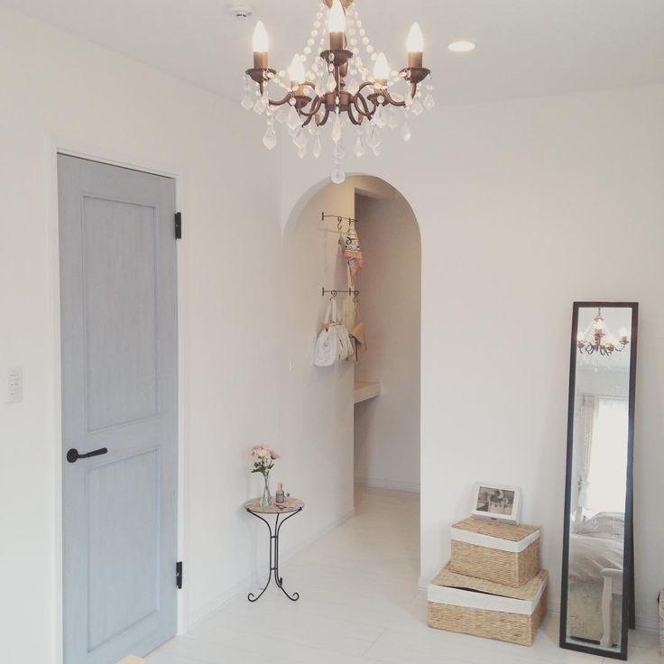 こんにちは♡ 寝室のウォークインクローゼット側です○´艸`) アールになっているウォークイン、とってもお気に入り✨ ドアと鏡を白に塗りたい! 鏡は塗ろう、これは塗ろう。 主人が独身のときから使っている年季の入ったインテリア性のない鏡です(´pωq`)笑 ここにトルソーとミシン台なんか置いたら素敵だなあ〜💓 ミシン台は父の家にあったのですが、知り合いのおじいちゃんが使うということでゆずってしまったとか…(つω・`。) ミシンもインテリアとしてではなく、ちゃんと使ってくれる人のところに行った方が幸せなんだろうけど… 喉から手が出るくらい欲しかった!!!笑 * * * #diy女子 #インテリア #interior #インテリア雑貨 #ナチュラルインテリア #カフェ風インテリア #カフェ風 #おうちカフェ #セリア #ダイソー #100均 #暮らし #こども #子育て #マイホーム #寝室 #ウォークインクローゼット #シャンデリア #かご