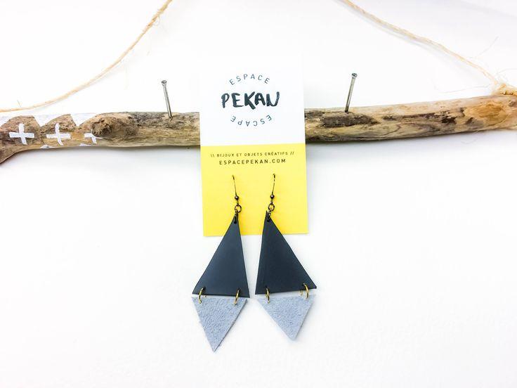 Boucles d'oreilles triangles de caoutchouc et de suède connectés